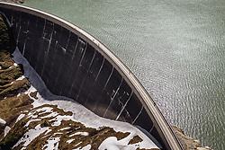 THEMENBILD - Touristen auf der Staumauer am Stausee Mooserboden, aufgenommen am 14. Juni 2019 in Kaprun, Österreich // Tourists on the dam wall at the reservoir Mooserboden, Kaprun, Austria on 2018/06/14. EXPA Pictures © 2018, PhotoCredit: EXPA/ JFK