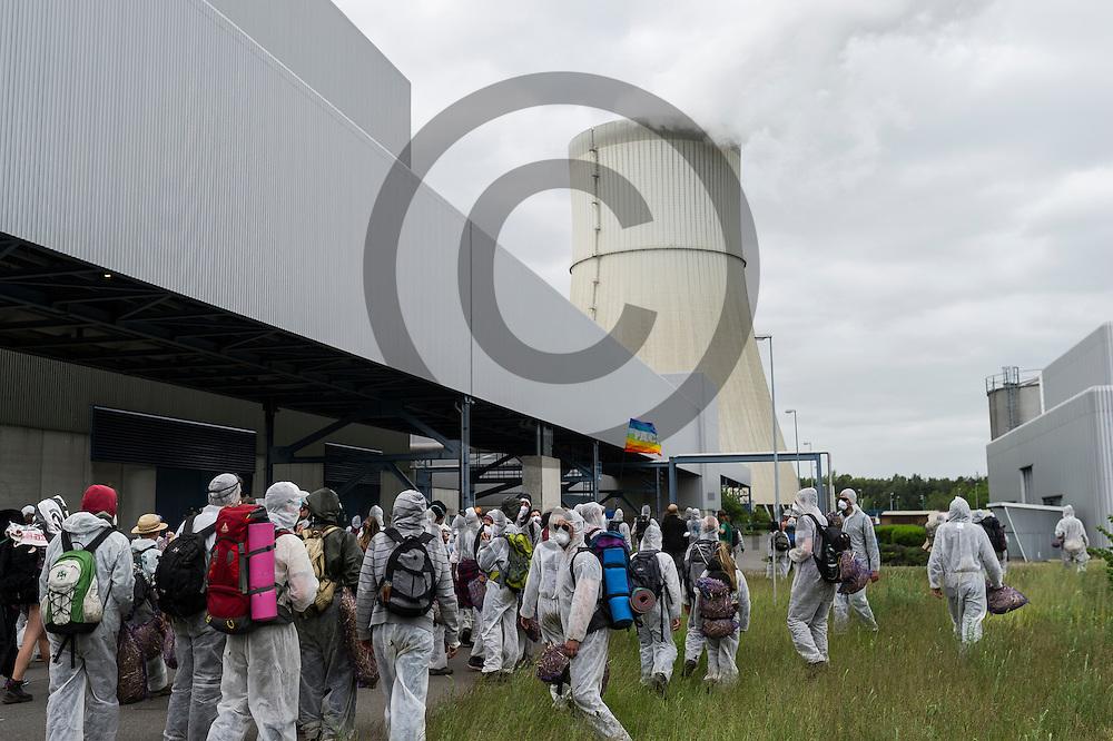Aktivisten stehen am 14.05.2016 bei Spremberg, Deutschland auf dem Gel&auml;nde des Braunkohlekraftwerks Schwarze Pumpe. Mehrere Hundert Aktivisten haben das Braunkohlekraftwerk Schwarze Pumpe gest&uuml;rmt und den Betrieb gest&ouml;rt. Ca 60 Aktivsten wurden von der Polizei Festgenommen. Foto: Markus Heine / heineimaging<br /> <br /> ------------------------------<br /> <br /> Ver&ouml;ffentlichung nur mit Fotografennennung, sowie gegen Honorar und Belegexemplar.<br /> <br /> Bankverbindung:<br /> IBAN: DE65660908000004437497<br /> BIC CODE: GENODE61BBB<br /> Badische Beamten Bank Karlsruhe<br /> <br /> USt-IdNr: DE291853306<br /> <br /> Please note:<br /> All rights reserved! Don't publish without copyright!<br /> <br /> Stand: 05.2016<br /> <br /> ------------------------------ am 14.05.2016 bei Spremberg, Deutschland. Mehrere Hundert Aktivisten haben das Braunkohlekraftwerk Schwarze Pumpe gest&uuml;rmt und den Betrieb gest&ouml;rt. Ca 60 Aktivsten wurden von der Polizei Festgenommen. Foto: Markus Heine / heineimaging<br /> <br /> ------------------------------<br /> <br /> Ver&ouml;ffentlichung nur mit Fotografennennung, sowie gegen Honorar und Belegexemplar.<br /> <br /> Bankverbindung:<br /> IBAN: DE65660908000004437497<br /> BIC CODE: GENODE61BBB<br /> Badische Beamten Bank Karlsruhe<br /> <br /> USt-IdNr: DE291853306<br /> <br /> Please note:<br /> All rights reserved! Don't publish without copyright!<br /> <br /> Stand: 05.2016<br /> <br /> ------------------------------