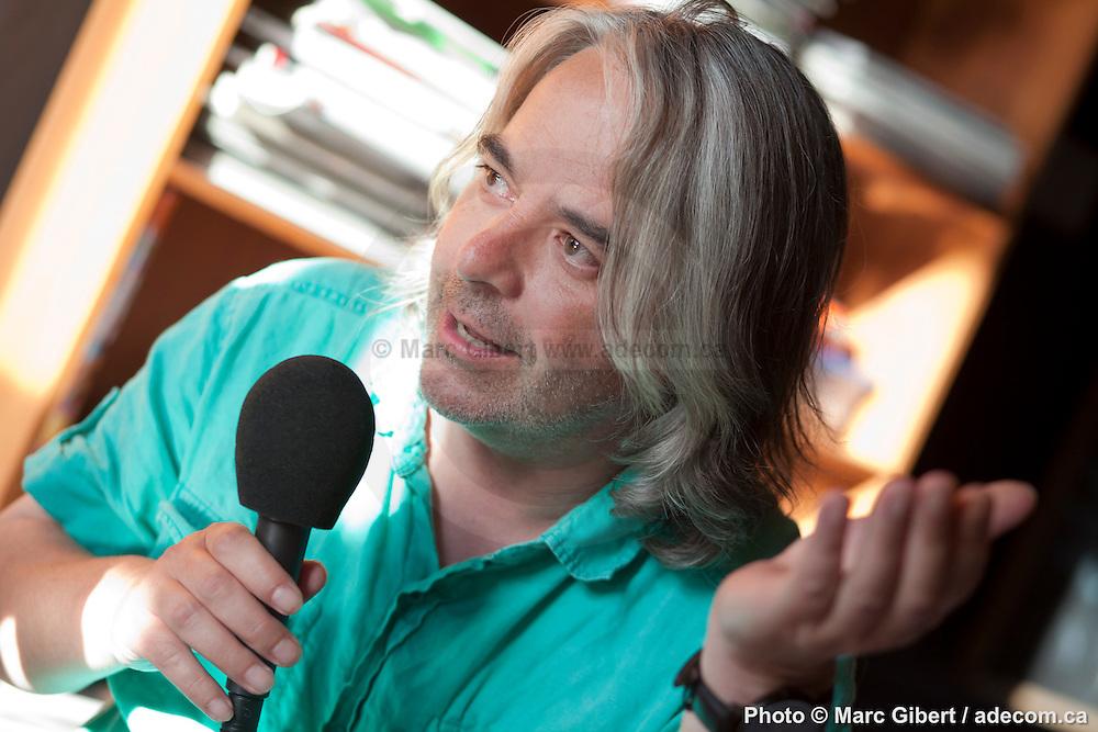 Portrait de Jean-François Brassard journaliste en direct lors de l'émission radiophonique Francophonie Express à  La Quincaillerie / Montreal / Canada / 2012-07-03, Photo © Marc Gibert / adecom.ca