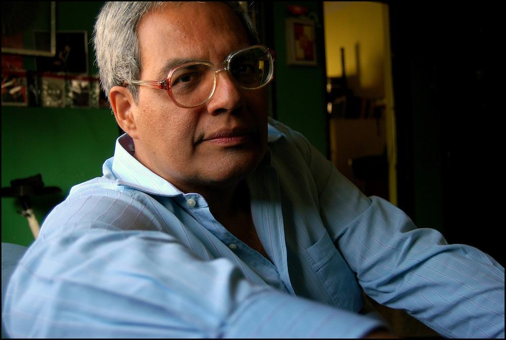 ARMANDO JOS&Eacute; SEQUERA / ESCRITOR VENEZOLANO <br /> Caracas - Venezuela 2008<br /> (Copyright &copy; Aaron Sosa)<br /> <br /> Armando Jos&eacute; Sequera (Caracas, 8 de marzo de 1953) es un escritor, periodista y productor audiovisual venezolano. Reside en Valencia, estado Carabobo. Es autor de 59 libros, gran parte de ellos para ni&ntilde;os y j&oacute;venes. Ha obtenido 16 premios literarios, tres de ellos internacionales: Premio Casa de las Am&eacute;ricas (1979), Diploma de Honor IBBY (1995) y Bienal Latinoamericana Canta Pirulero (2001). Es autor, entre otros t&iacute;tulos, de Evitarle malos pasos a la gente (1982), Teresa (2001) y Mi mam&aacute; es m&aacute;s bonita que la tuya (2005). En 2006 fue nominado al Premio Astrid Lindgren por el Banco del Libro.