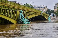 France, Paris, Inondations du 3 juin 2016, pont Mirabeau // France, Paris, flood of June 3 2016, Mirabeau bridge