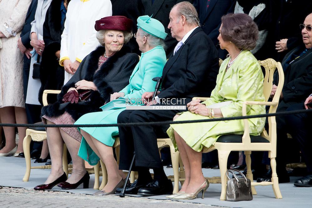 STOCKHOLM - (L-R) Prinses Beatrix, koningin Margrethe van Denemarken, de Spaanse koning Juan Carlos I en koningin Sophia van Spanje wonen in Stockholm de 70ste verjaardag van de Zweedse koning Carl XVI Gustaf bij. copyright robin utrecht