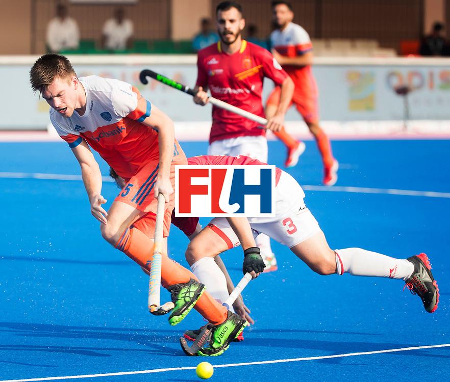 BHUBANESWAR - Thierry Brinkman (Ned) in duel met Sergi Enrique (Esp)   tijdens de Hockey World League Final wedstrijd Nederland-Spanje (2-3).  COPYRIGHT  KOEN SUYK