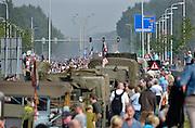 Nederland, Alverna, 20-9-2014Historische militaire legervoertuigen komen als colonne door Alverna en houden even pauze. Zij rijden de route die de Engelsen aflegden tijdens operatie Market Garden in 1944. Hell's Highway. Herdenking van operatie marketgarden in september 1944. 2e wereldoorlog, legervoertuigen, rijden van Grave naar Nijmegen. Het is de laatste officiele herdenking met veteranen. Market Garden luidde de bevrijding in van Zuid Nederland. Het veroveren van alle bruggen mislukte. Hell's Highway.FOTO: FLIP FRANSSEN/ HOLLANDSE HOOGTE