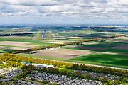 Nederland, Noord-Holland, Gemeente Haarlemmermeer, 28-04-2017; Hoofddorp, Weg om de Noord met zicht op d Vijfde Baan van Schiphol, ook bekend als Polderbaan.<br /> Overview Hoofddorp.<br /> luchtfoto (toeslag op standard tarieven);<br /> aerial photo (additional fee required);<br /> copyright foto/photo Siebe Swart