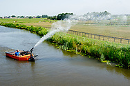 nieuwerbrug aan de rijn- dijken sproeien nieuwerbrug aan de rijn ivm met de hitte warmte anders komen er scheuren in de dijk . copyrught robin utrecht