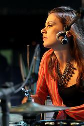 Débora Teicher baterista da banda Scracho no palco Pretinho do Planeta Atlântida 2013/SC, que acontece nos dias 11 e 12 de janeiro no Sapiens Parque, em Florianópolis. FOTO: Marcos Nagelstein/Preview.com