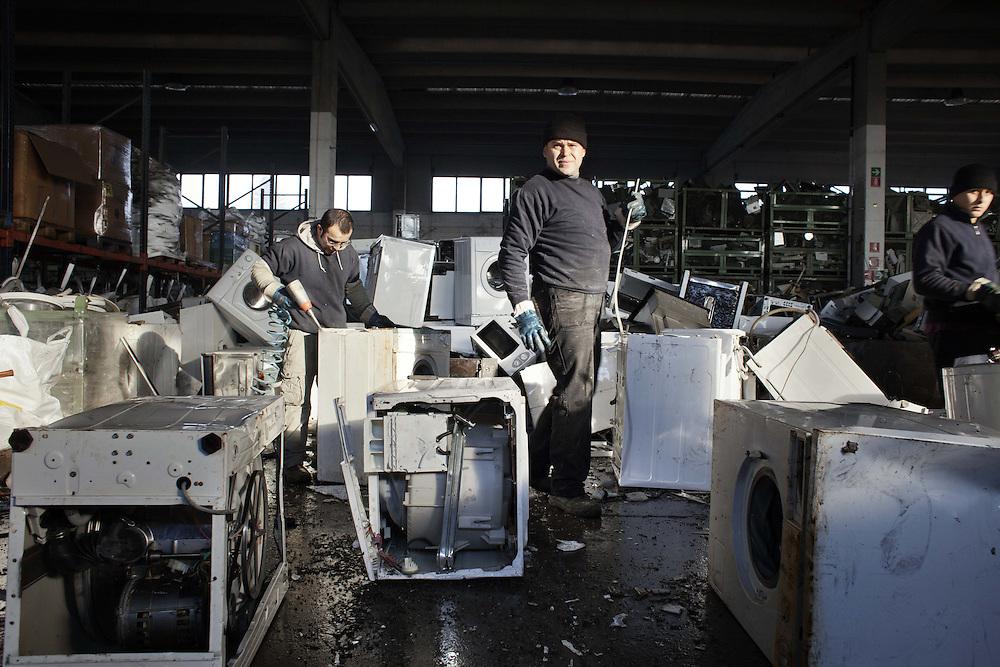 Smaltimento ed estrazioni componenti nelle lavatrici e lavastoviglie<br /> <br /> a worker disposing of components and extracts