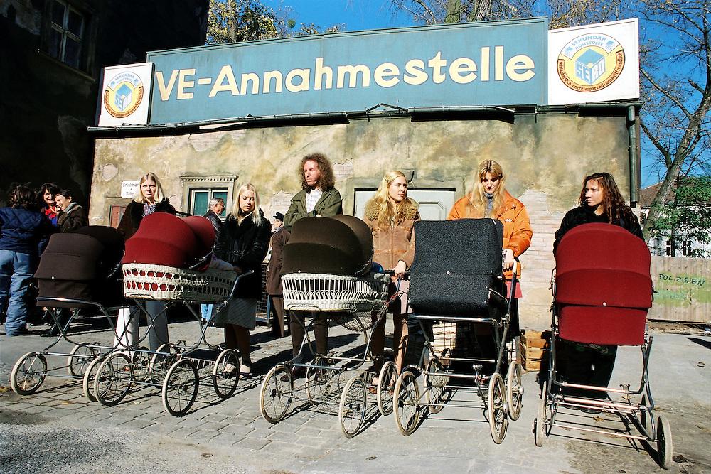 """"""" SONNENALLEE """" - Film von Leander Hauflmann (Regie) und Thomas Brussig (Drehbuch). sowie Detlev Buck. Produktion: Boje + Buck, Berlin.Hier : Dreharbeiten - Eltern mit Kinderw‰gen vor.SERO Annahmestelle.20.10.1998 Potsdam Babelsberg"""