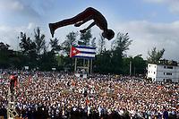 """La escuela de Circo, participa en el acto cultural-revolucionario que se presento en la demostracion revolucionaria que en el municipio """"playa"""" de la Habana  con una asistencia de aoroximadamente 200 000 personas, 31 de Marzo del 2001, la Habana, Cuba. Al acto asistio Fidel Castro, Presidente de Cuba, varios comandantes de la revolucion, antiguos companeros de lucha de Castro y una delegacion juvenil argentina. (AP Photo/Cristobal Herrera)"""
