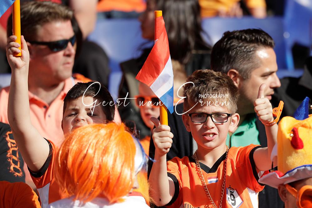 04-06-2017 VOETBAL:NEDERLAND-IVOORKUST:ROTTERDAM<br /> Oranje oefende tegen Ivoorkust vanavond in De Kuip<br /> <br /> Jonge supporter van oranje met zijn ouders<br /> <br /> Foto: Geert van Erven