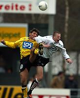 Fotball, 21. april 2002. Tippeligaen, Sogndal v  Start. Fosshaugane. Tommy Øren, Sogndal, i duell med Helge Bjønsaas, Start.