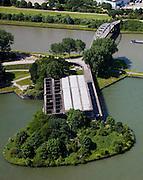Nederland, Utrecht, Nieuwegein, 12-06-2009; Amsterdam-Rijnkanaal (onder) met plofsluis bij Jutphaas, onderdeel van de Nieuwe Hollandse Waterlinie. De voorziening diende om het kanaal af te kunnen dammen, een explosie met dynamiet zou de inhoud van de betonnen bak - zand en grind - in het kanaal doen belanden. Toenemende scheepvaart leidde er toe dat het kanaal om de sluis heen geleid werd. .Swart collectie, luchtfoto (25 procent toeslag); Swart Collection, aerial photo (additional fee required); .foto Siebe Swart / photo Siebe Swart