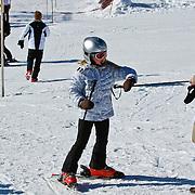 AUD/Lech/20110219 - Fotosessie Nederlandse Koninklijke Familie 2011 op wintersport in Lech, Amalia en haar kindermeisje
