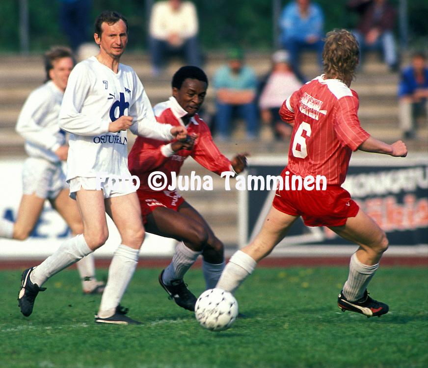 04.06.1989.Juri Gavrilov (Porin Pallo-Toverit) v Pat Corbett (Kuopion Elo).©JUHA TAMMINEN