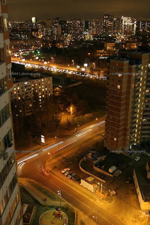 Nächtlicher Blick aus einem Hochhaus nahe dem Leninsky Prospekt im Süden moskaus (c) images.de/Timo Vogt (View down from a high building at night near the Leninsky Prospekt, south of Moscow.)
