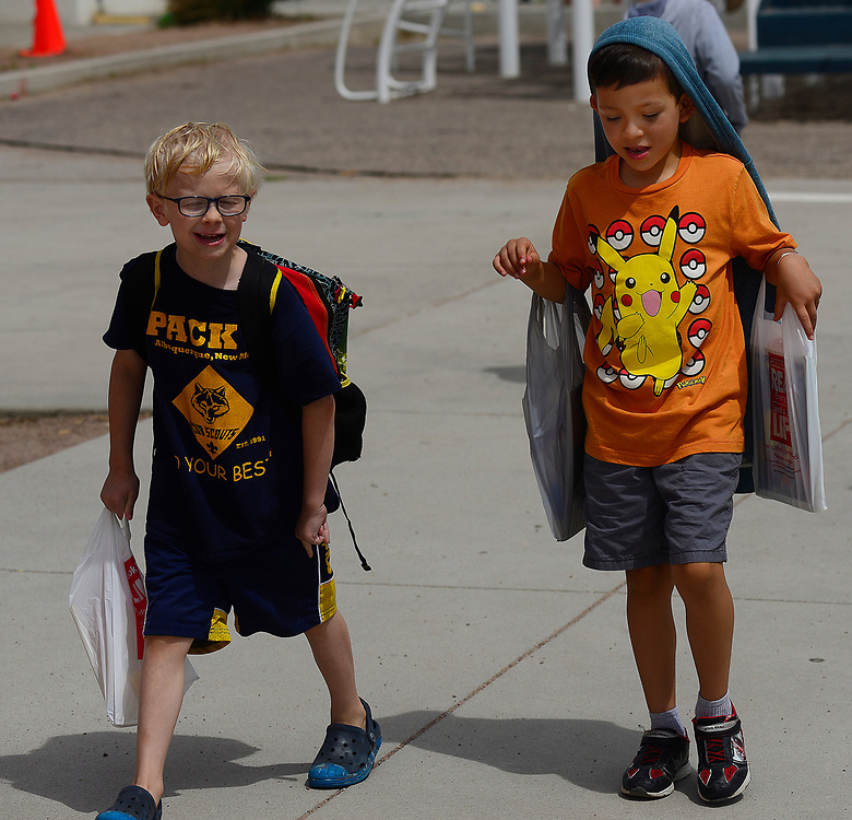 apl052517e/ASECTION/pierre-louis/JOURNAL 052517<br /> Seven Bar Loop Elementary School 1st graders Henry Kill,, 7, left and Jack Mowry,,6,  head home on the last day of school for APS  .Photographed  on Thursday May 25,  2017. .Adolphe Pierre-Louis/JOURNAL