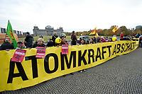 28 OCT 2010, BERLIN/GERMANY:<br /> Demonstration anl. der Abstimmung des Bundestages ueber die Verlaengerung der Laufzeiten fuer Atomkraftwerke, vor dem Reichstagsgebaeude<br /> IMAGE: 20101028-01-023<br /> KEYWORDS: Demo, Demonstranten, Protest, Anti-Atom-Demo, Anti-Kernkraft-Demo, Verlängerung der Laufzeiten, Laufzeitverlängerung, Laufzeitverlaengerung. AKW
