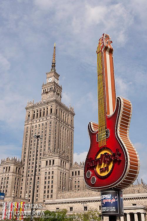 Le palais de la culture et de la science, symbole d'un passé communiste face au symbole de l'ouverture vers l'Ouest
