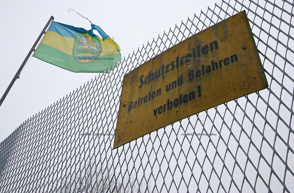 """Am Rande des Dorfes Rüterberg erinnert ein Rest des Grenzaunes der DDR an die Vergangenheit der """"Dorfrepublik Rüterberg"""". Ein Stein mit der Aufschrift: """"Für die Opfer der Unmenschlichkeit"""", die Fahne der ausgerufenen """"Dorfrepublik"""" sowie ein Schlagbaum mahnen die Passanten. Aufgrund dieser Abschottung etablierte sich die Bezeichnung """"Dorfrepblik"""" für den kleinen Ort bei Dömitz (Mecklemburg-Vorpommern)."""