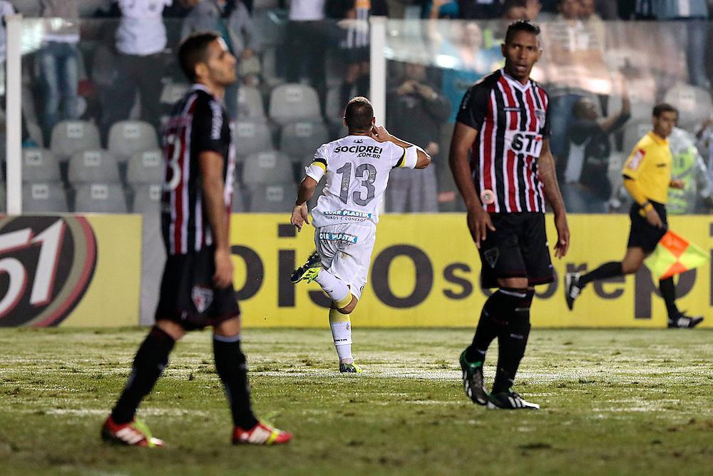 SANTOS X S&atilde;o Paulo - CAMPEONATO BRASILEIRO - 02/10/2013<br /> ESPORTE -  L&eacute;o marca o terceiro gol no jogo entre Santos e S&atilde;o Paulo, v&aacute;lido pela 25&ordf; rodada do Campeonato Brasileiro de 2013, realizado no est&aacute;dio da Vila Belmiro, na cidade de Santos. FOTO: DANIEL GUIMAR&Atilde;ES/FRAME