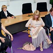 NLD/Huizen/20110429 - Lintjesregen 2011, linda de Mol en partner Jeroen Rietbergen en haar ouders op de achtergrond