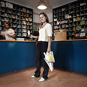 """Gesti quotidiani di risparmio energetico.<br /> Energy efficiency opportunities act. <br /> <br /> Progetto per immagini e parole """"Colti in flagranza di risparmio energetico"""" dei fotografi Michele D'Ottavio e Ornella Orlandini.<br /> <br /> DANIELA 39 anni, educatrice<br /> ore 16,02<br /> <br /> Torino - via Gioberti<br /> Colta nell'atto di comprare una lampadina a risparmio energetico.<br /> <br /> Lo faccio perché tengo all'ambiente.<br /> Ho cambiato tutte le lampadine di casa.<br /> Sono attenta anche nel tenere o meno<br /> la luce accesa. A dir la verità è mia figlia<br /> che me l'ha insegnato. Lei ha 8 anni e a<br /> scuola hanno fatto un corso sul risparmio<br /> energetico. Mi bacchetta quando lascio<br /> la luce accesa e mi rincorre per la casa<br /> dicendomi di spegnerla anche se devo<br /> tornarci subito dopo. La luce si spegne lo<br /> stesso, mi dice.<br /> Ugualmente risparmiamo sull'acqua, per<br /> farne un corretto uso e non sprecarla."""