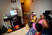 Vespasiano_MG, Brasil...Estimativas de fabricantes apontam que cerca de 20 milhoes de imoveis possuem TV por parabolica no pais. Para esses espectadores, apenas o horario eleitoral para presidente e exibido. Candidatos a deputado, governo e Senado nao tem como aparecer para uma massa que pode chegar a 30 por cento dos habitantes do pais. Minas e um dos principais prejudicados. Em Vespasiano (34 km de BH), por exemplo, os moradores assistem ao horario eleitoral de SP. Em Estados do Norte, os partidos devem ter criado taticas para superar essa dificuldade...Estimates indicate that about 20 million homes have TV satellite television in the country. For those viewers, only the election for president and schedule displays. Candidates for deputy, government and Senate do not have to appear as a mass that may reach 30 percent of the population of the country. Minas Gerais is one of the most affected. In Vespasiano (34 km from Belo Horizonte), for example, residents watch the election schedule of SP. In northern states, the parties must be established tactics to overcome this difficulty...Foto: NIDIN SANCHES / NITRO