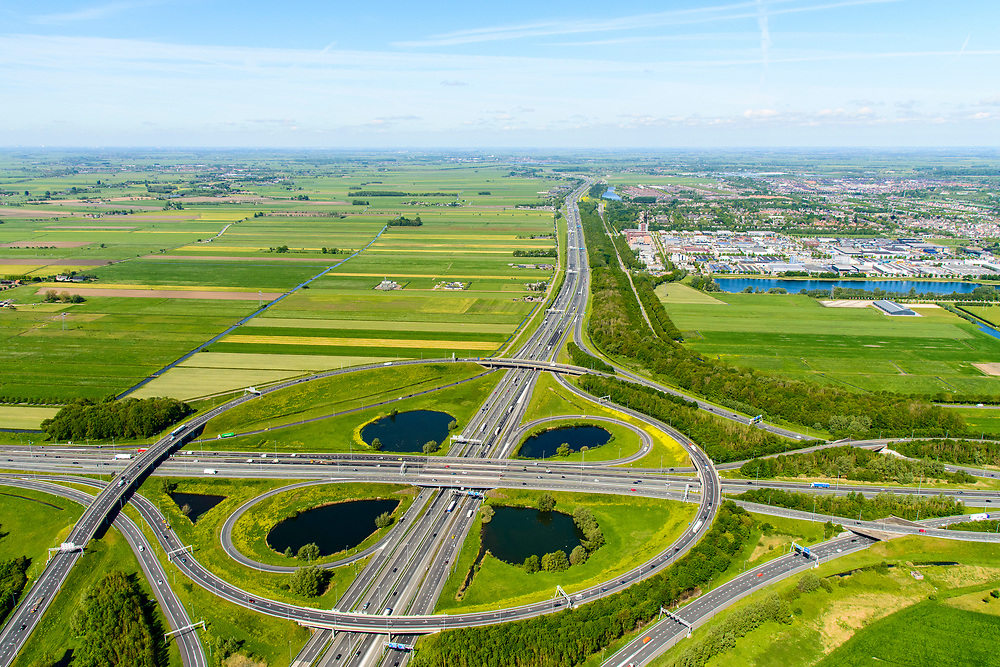 Nederland, Utrecht, Utrecht, 13-05-2019; Knooppunt Oudenrijn, kruising rijkswegen A12 en A2. Klaverblad knooppunt, klaverturbine. Gezien naar het Western, Leidsche Rijn.<br /> Oudenrijn junction, major intersection, southwest of Utrecht.<br /> <br /> luchtfoto (toeslag op standard tarieven);<br /> aerial photo (additional fee required);<br /> copyright foto/photo Siebe Swart