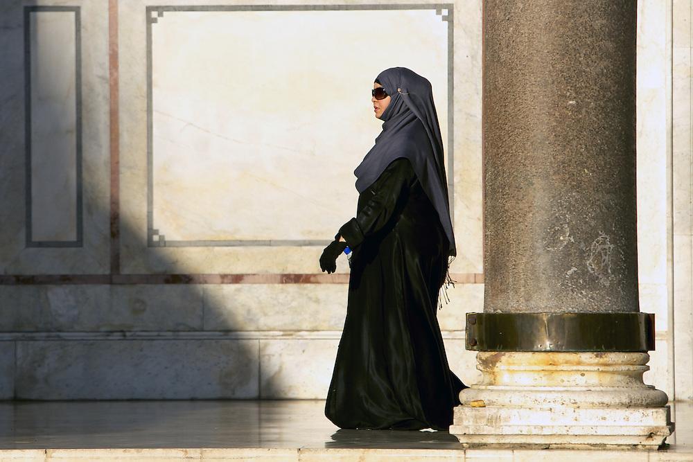 Woman in Umayyades Mosque, Syria. Femme dans la Mosquee des Omeyyades, Syrie.