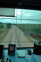 Le Ferrovie del Sud Est nascono in Puglia, nell'ottobre del 1931. A questà nuova società veniva dato in concessione l'insieme delle reti ferroviarie precedentemente gestite da diversi organismi (Società per le Ferrovie Salentine, Società per le Ferrovie Sussidiate, Ferrovie dello Stato)..Le aree pugliesi attraversate dalla società ferroviaria sono l'area barese, la fascia Taranto-Brindisi e l'area leccese-salentina, collegando fra loro i capoluoghi di Bari, Taranto e Lecce, nonché oltre 130 comuni delle province meridionali..Il reportage fotografico sulle Ferrovie Sud Est intende testimoniare l'evoluzione tecnologica che, durante gli anni, ha modificato e migliorato il servizio ferroviario e la convivenza del progresso con tracce del passato, attraverso un viaggio tra le stazioni e i depositi..Treno in corsa.