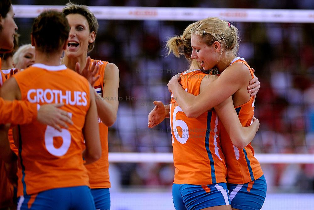 27-09-2009 VOLLEYBAL: EUROPEES KAMPIOENSCHAP NEDERLAND - POLEN: LODZ<br /> De Nederlandse volleybalsters zijn vooralsnog onklopbaar op het EK. Na de ruime zeges op Kroatie en Spanje werd ook gastland Polen met grote overmacht opzij geschoven: 25-18, 25-13, 25-23 / Ingrid Visser, Debby Stam, Maret Grothues en Manon Flier <br /> &copy;2009-WWW.FOTOHOOGENDOORN.NL