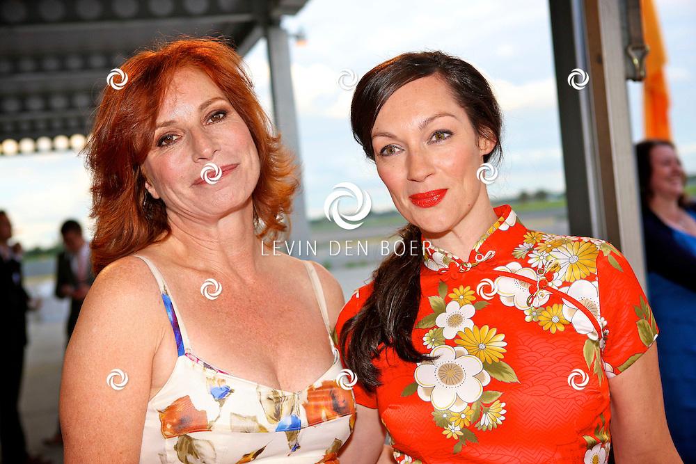 KATWIJK - Op vliegbasis Valkenburg hield Soldaat van Oranje een tweede premiere ter gelegenheid van een nieuwe Cast.  Met op de foto links Marian Mudder en rechts Miryanna van Reeden. FOTO LEVIN DEN BOER - PERSFOTO.NU