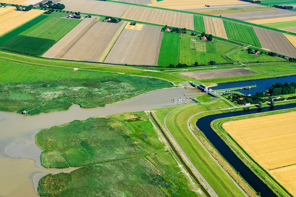 Nederland, Groningen, Oldambt,  05-08-2014; Nieuwe Statenzijl, gelegen op de grens met de Reiderwolderpolder. Sluizencomplex met spuisluis en schutsluis. Via de Westerwoldse Aa kan water op de Dollard geloosd worden. Links vogelkijkhut de Kiekkaaste.<br /> Watermanagement complex with locks and sluice on the border with Germany. Used for discharging water into the Dollard<br /> <br /> luchtfoto (toeslag op standard tarieven);<br /> aerial photo (additional fee required);<br /> copyright foto/photo Siebe Swart