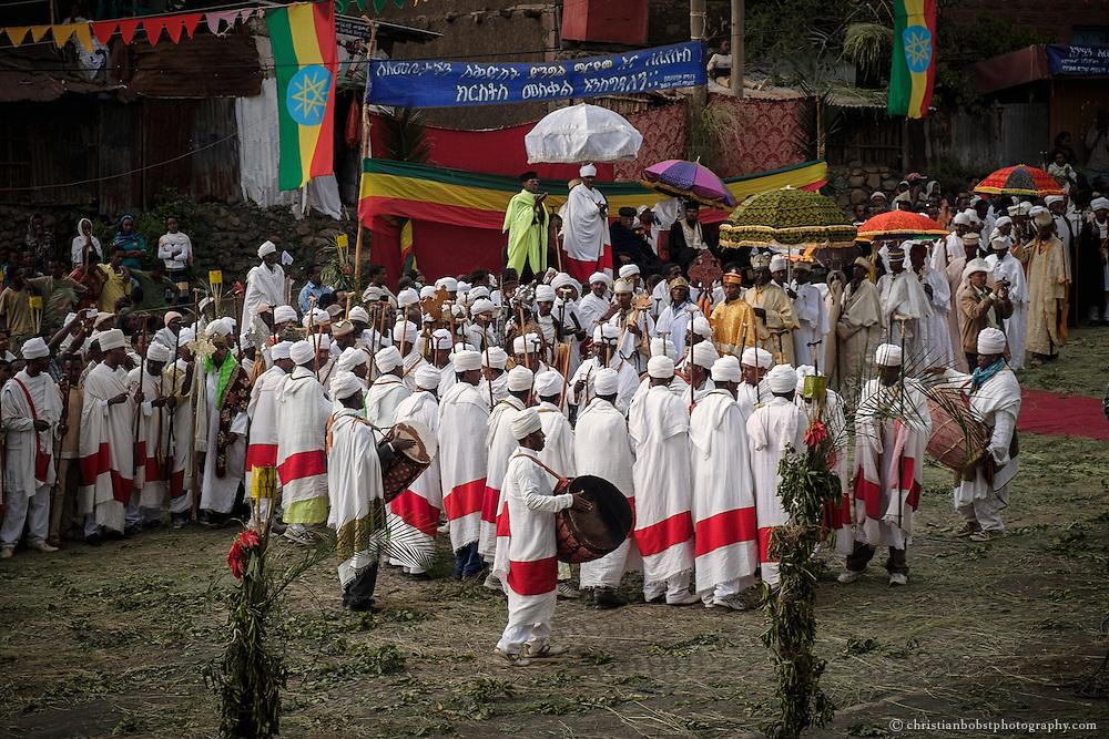 Die Mönche der Felsenkirchen von Lalibela (links) begleiten die Prozession der Priester mit Trommelschlägen und ihren Gesängen.