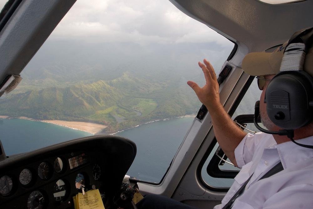 A helicopter pilot shows the astonishing landscape flying over Kauai mountains.<br /> El piloto de un helic&oacute;ptero tur&iacute;stico de explicaciones a los pasajeros sobre algunos de lso lugares m&aacute;s imrpesionantes de la isla de Kauai (Hawai).