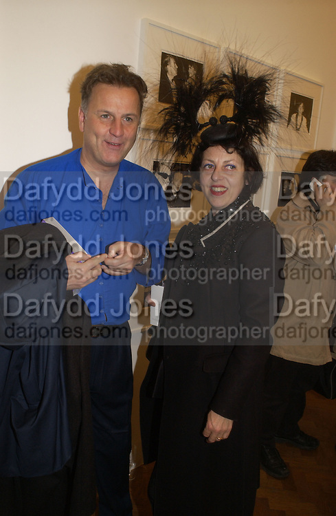 valentine Guinness and Isabella Blow. Warhol's World. Photography and Television. Hauser and Wirth. Piccadilly, London. 26  January 2006.  ONE TIME USE ONLY - DO NOT ARCHIVE  © Copyright Photograph by Dafydd Jones 66 Stockwell Park Rd. London SW9 0DA Tel 020 7733 0108 www.dafjones.com