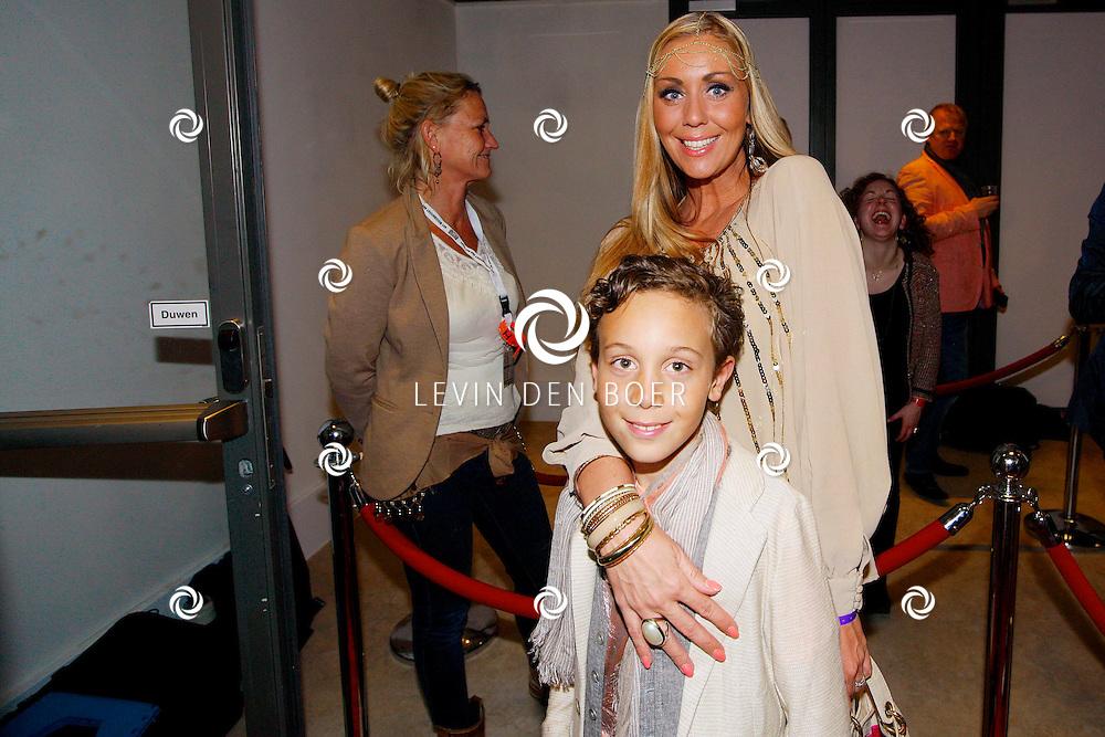 AMSTERDAM - Na het concert van De Toppers is er de welbekende VIP PARTY voor alle bekende Nederlanders. Met hier op de foto  Vanessa van Katwijk met zoon Dylano. FOTO LEVIN DEN BOER - PERSFOTO.NU