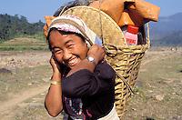 Nepal - porteurs - Les routiers de l'Himalaya - Jeune femme d'ethnie Sherpa