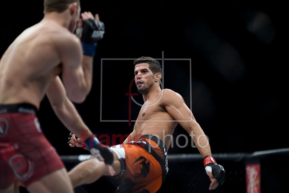 Leo Santos (d) e Tony Martin durante luta válida pelo UFC FIGHT NIGHT:  MAIA X LAFLARE, realizado no ginásio do Maracanazinho, zona norte da cidade do Rio de Janeiro, RJ. Foto: Ide Gomes / Frame