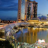 SGP, Singapur : Marina Bay Sands Hotel in Singapur , vorne der Steg Helix. |SGP, Singapore : Marina Bay Sands Hotel , in the foreground the Helix|. 11.02.2013 .Copyright by : Rainer UNKEL , Tel.: 0171/5457756