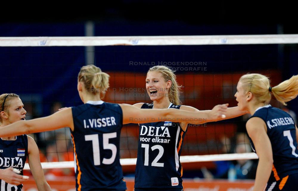 10-11-2007 VOLLEYBAL: PRE OKT: NEDERLAND - OEKRAINE: EINDHOVEN<br /> Nederland wint ook de 3de wedstrijd met 3-0 van Oekraine en plaatst zich voor het OKT in Duitsland begin januari / Ingrid Visser, Janneke van Tienen, Kim Staelens, Chaine Staelens, Manon Flier, Debby Stam<br /> &copy;2007-WWW.FOTOHOOGENDOORN.NL