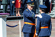 Uitreiking Willems-Orde aan Roy de Ruiter door Koning Willem Alexander Majoor-vlieger Roy de Ruiter kreeg op het binnenhof de Militaire Willems-Orde opgespeld, de hoogste dapperheidsonderscheiding van het koninkrijk.<br /> <br /> Presentation William the Order to Roy de Ruiter by King Willem Alexander Major-flyer Roy de Ruiter received the Military William Order on the courtyard, the highest prowess award of the kingdom.<br /> <br /> Op de foto / On the Photo:  Koning Willem Alexander en Majoor-vlieger Roy de Ruiter tijdens de uitreiking van de Militaire Willems-Orde <br /> <br /> King Willem Alexander and Major-flyer Roy de Ruiter during the presentation of the Military William Order