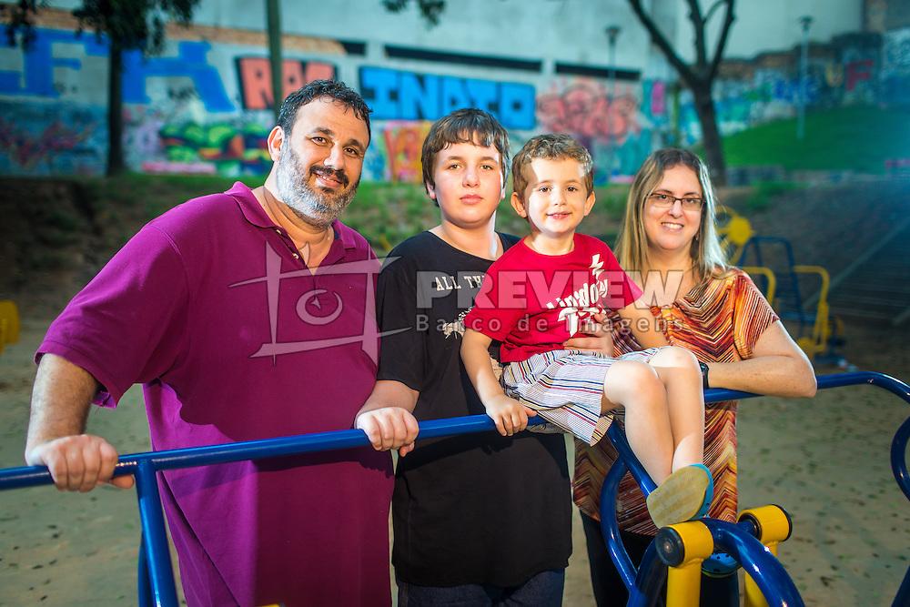 Amir Ribemboim Bliacheris com o pai, Marcos Weiss Bliacheris, a m&atilde;e Brenda Ribemboim Bliacheris e o irm&atilde;o menor, Beni Ribemboim Bliacheris em uma pra&ccedil;a p&uacute;blica adaptada para crian&ccedil;as especiais, em Porto Alegre.<br /> FOTO: Jefferson Bernardes/ Ag&ecirc;ncia Preview