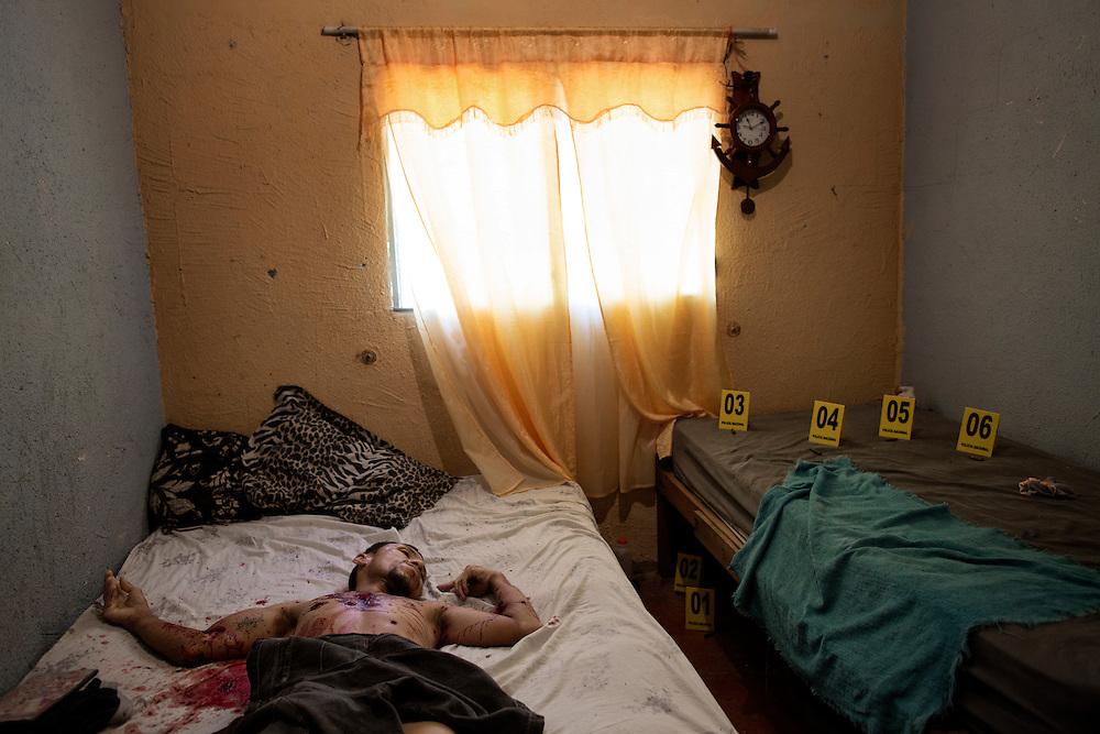 San Pedro Sula, Honduras<br /> <br /> Oscar 34, avr&auml;ttades i sin s&auml;ng av tv&aring; m&auml;n som stormade in i huset. Han bodde p&aring; gr&auml;nsen mellan tv&aring; olika g&auml;ng tillsammans med sina f&ouml;r&auml;ldrar i stadsdelen Chamelecon.<br /> <br /> Photo: Niclas Hammarstr&ouml;m