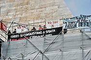 Roma, 25 Febbraio 2014<br /> Movimenti per il Diritto all'Abitare occupano la Piramide in solidarietà con i 17  attivisti arrestati per  gli scontri con la polizia del 31 ottobre a via del Tritone, durante la manifestazione contro la conferenza  Stato,Regioni,province,comuni sul tema della casa.<br /> Rome , February 25 2014<br /> Movements for housing rights,  occupy the Pyramid in solidarity with 17 activists arrested in clashes with police on 31 October at Via del Tritone , during the demonstration against the conference between state, regions, provinces, municipalities on the theme of the house.