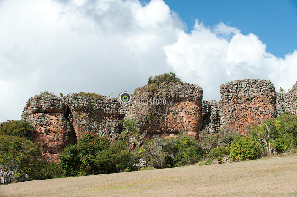 Geologia. Patrimonio Historico. Parque Estadual de Vila Velha. Arenitos Vila Velha.  Unidade de Conservacao e composta por tres principais elementos: Arenitos, Furnas e Lagoa Dourada. Cidade de Pedra . Regiao Sul.  / Geology. Historic patrimony. State Park of Vila Velha. Sandstone, The Conservation Unit contains three main elements: sandstones, furnas and the Golden pond. City of stone. South Region.