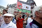 Frankfurt am Main | 26 July 2014<br /> <br /> Am Samstag (26.07.2014) demonstrierten etwa 500 Menschen auf dem R&ouml;merberg in Frankfurt am Main f&uuml;r Frieden in Pal&auml;stina / Gaza und f&uuml;r ein sofortiges Ende der israelischen Milit&auml;reins&auml;tze dort.<br /> Hier: Ein Mann h&auml;lt ein Plakat mit der Aufschrift &quot;Freedom For Palestine&quot;.<br /> <br /> &copy;peter-juelich.com<br /> <br /> FOTO HONORARPFLICHTIG!<br /> <br /> [No Model Release | No Property Release]
