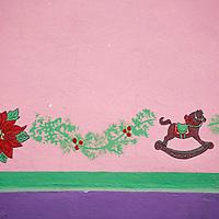 Pared con ornamentos navideños, El Hatillo, Estado Miranda, Venezuela