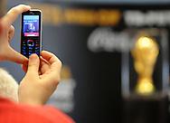 FUDBAL, BEOGRAD, 31. Mar. 2010. - Jedan od novinara fotografise trofej. Originalni FIFA trofej Svetskog fudbalskog prvenstva stigao je u sredu u Beograd u okviru svetske turneje tokom koje ce obici 84 drzave. . Foto: Nenad Negovanovic